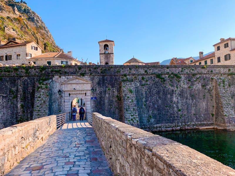Ruas estreitas bonitas da cidade velha Kotor, Montenegro fotografia de stock