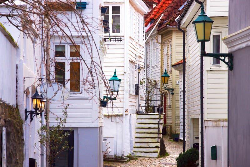 Ruas estreitas de encantamento em Bergen, Noruega imagem de stock