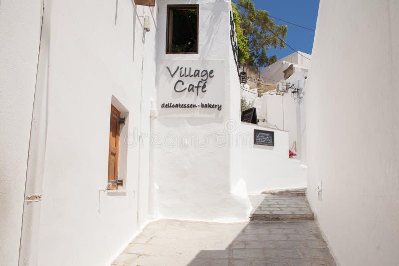 Ruas estreitas e construções gregas típicas na cidade de Lindos foto de stock