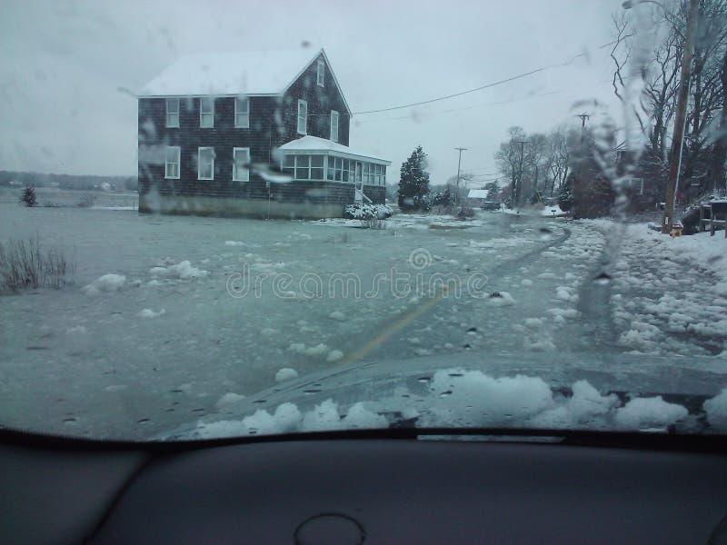 Ruas inundadas no inverno foto de stock