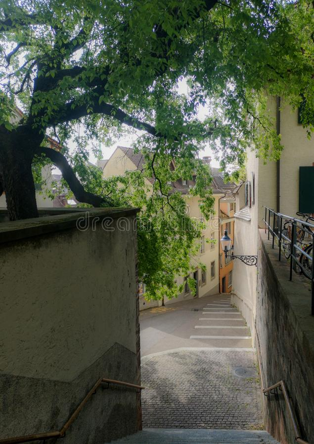 Ruas medievais velhas de Basileia em Suíça durante uma manhã morna da mola imagens de stock