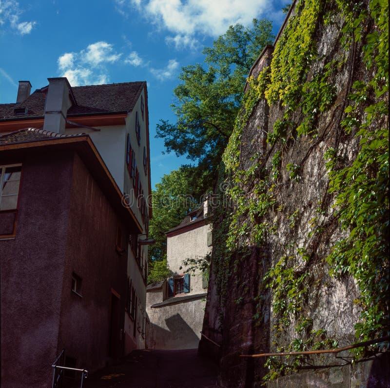 Ruas medievais velhas de Basileia em Suíça durante uma manhã morna da mola imagem de stock royalty free