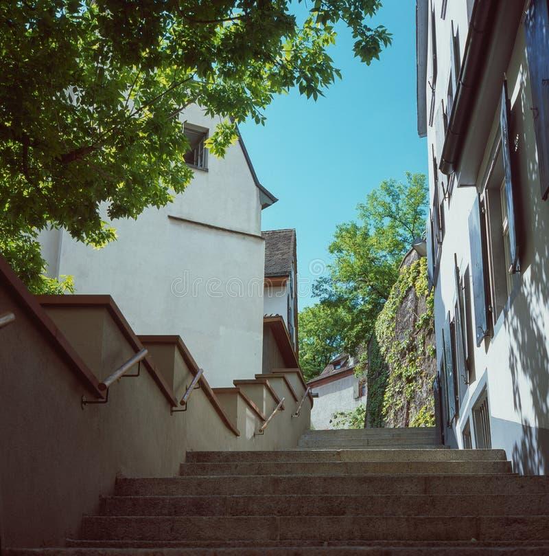 Ruas medievais velhas de Basileia em Suíça durante uma manhã morna da mola fotos de stock royalty free