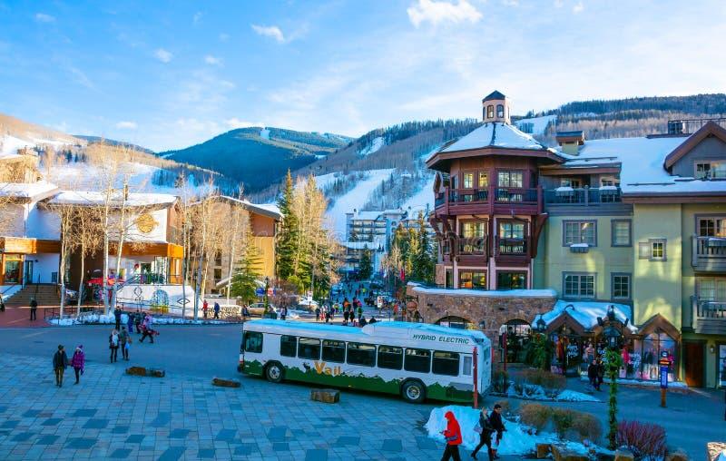 Ruas movimentadas na cidade bonita Vail da montanha, Colorado foto de stock