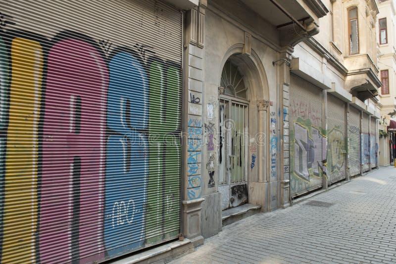 Ruas no centro de turista de grafittis nas paredes, Turquia de Istambul imagens de stock royalty free