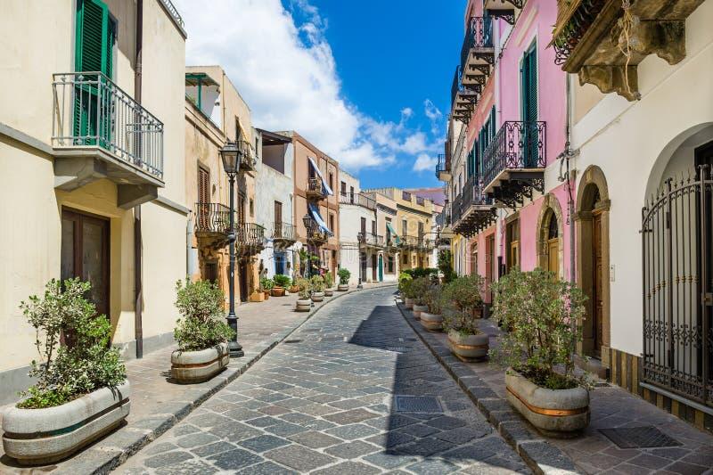 Ruas velhas coloridas da cidade de Lipari imagem de stock royalty free