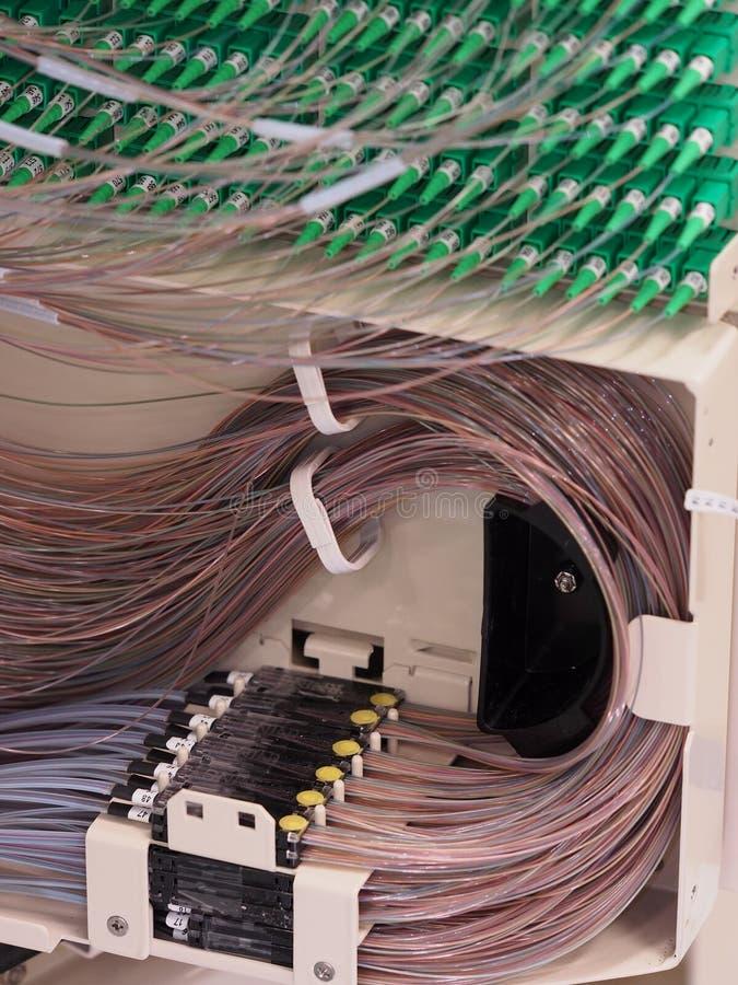 Ruban à la transition de fibre derrière un panneau photo stock