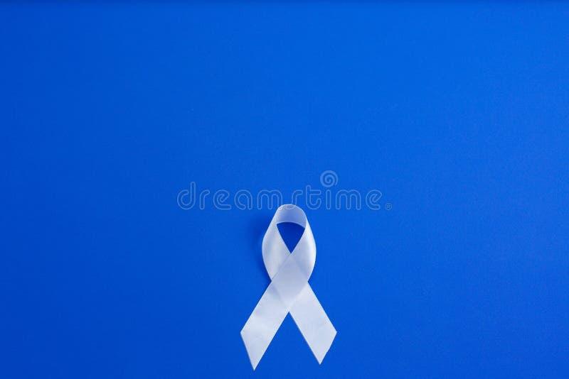 Ruban blanc de couleur pour soulever la conscience le cancer de poumon et le jour de sclérose en plaques et international de la n image stock