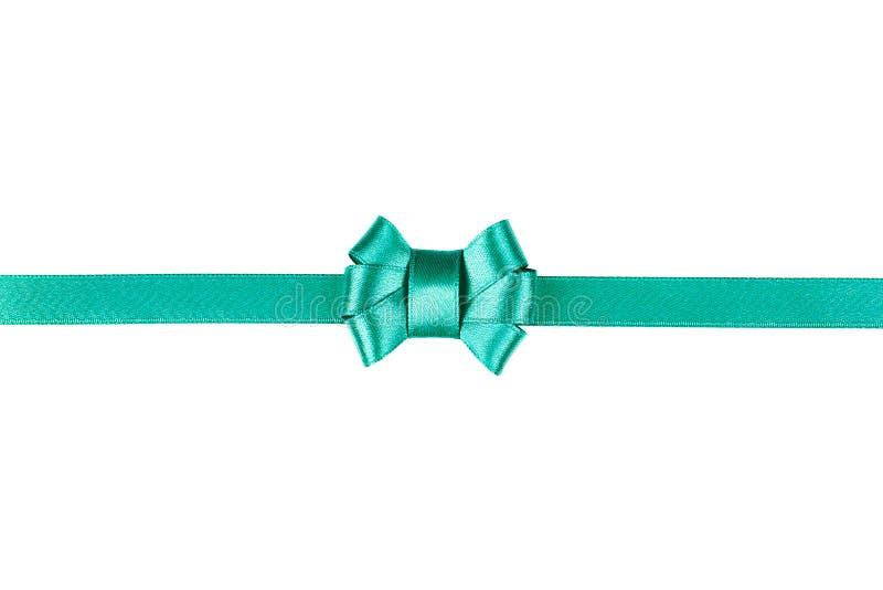Ruban bleu de satin attaché dans un arc d'isolement sur le blanc photographie stock