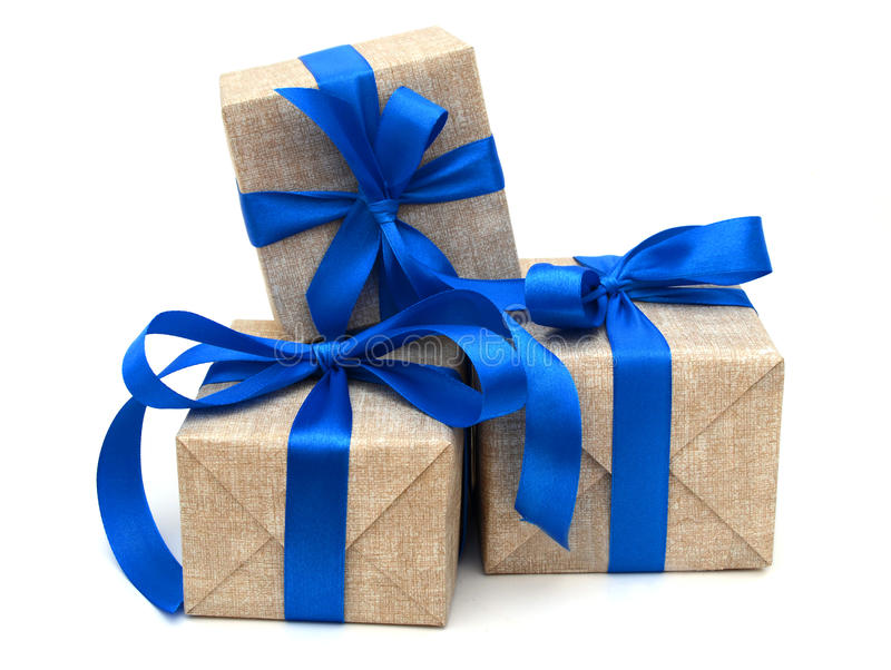 Ruban bleu enveloppé par cadeau photographie stock libre de droits