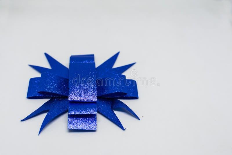 Ruban bleu sur un beau fond blanc image stock