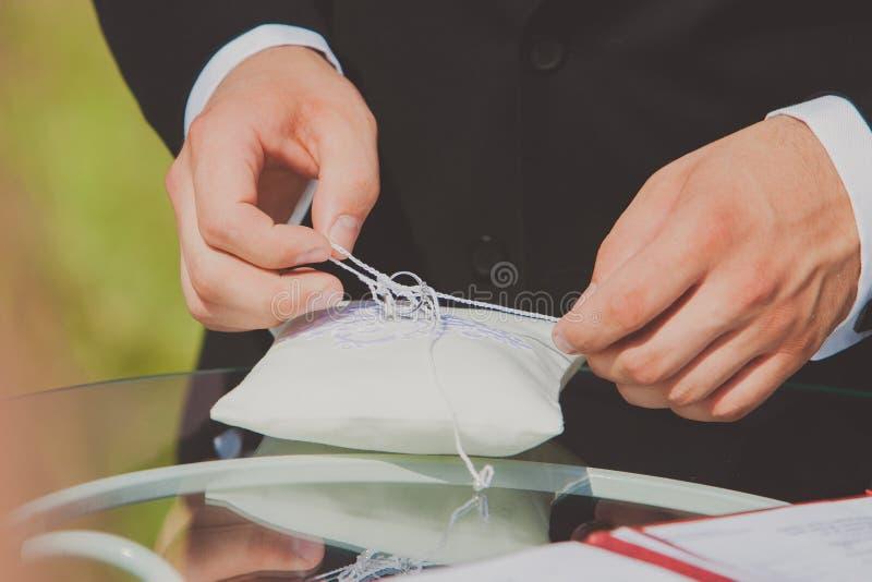 Ruban déliant de marié pour prendre l'anneau de mariage mariage photo libre de droits