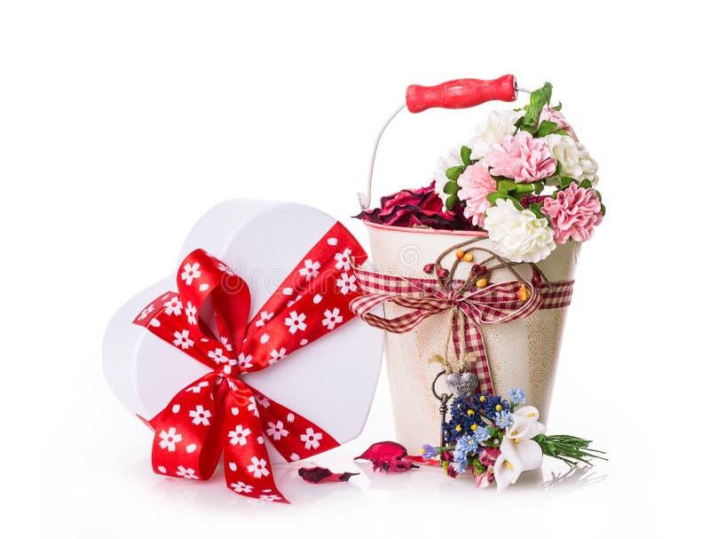 Ruban d'arc de boîte-cadeau de fleurs images stock