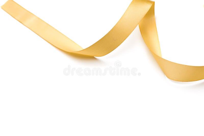 Ruban d'or de satin d'isolement sur le blanc photo stock