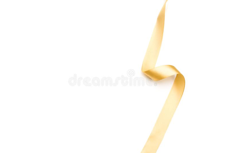 Ruban d'or de satin d'isolement sur le fond blanc photo libre de droits