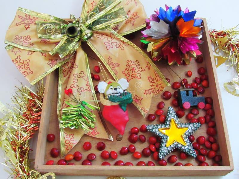 Ruban d'or et ornements décoratifs, forme d'étoile, petit t en bois photos libres de droits