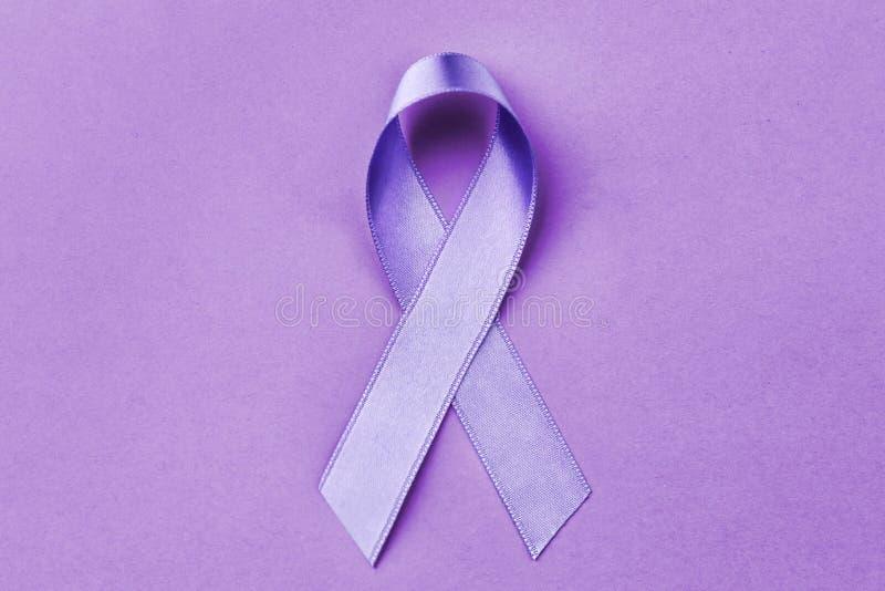 Ruban de lavande sur le fond de couleur Cancer et épilepsie image stock