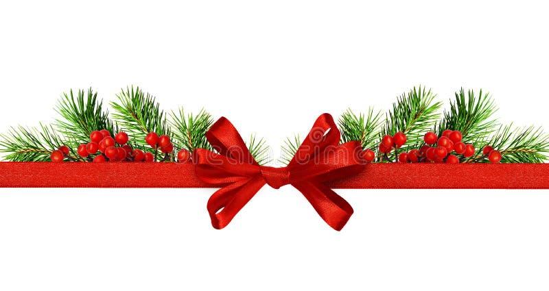 Ruban en soie et un arc avec les brindilles vertes de pin et les baies rouges photos stock