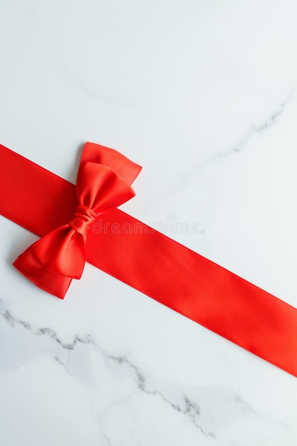 Ruban en soie rouge sur la vue de marbre et supérieure photos stock