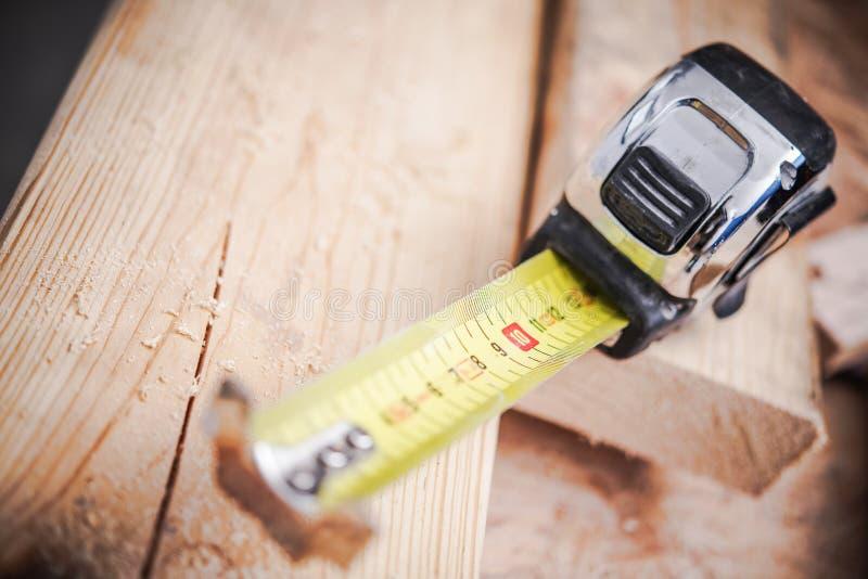 Ruban métrique de travail du bois photos stock