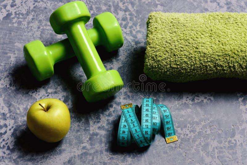 Ruban métrique et fruit près de barbell Séance d'entraînement et mode de vie sain image stock