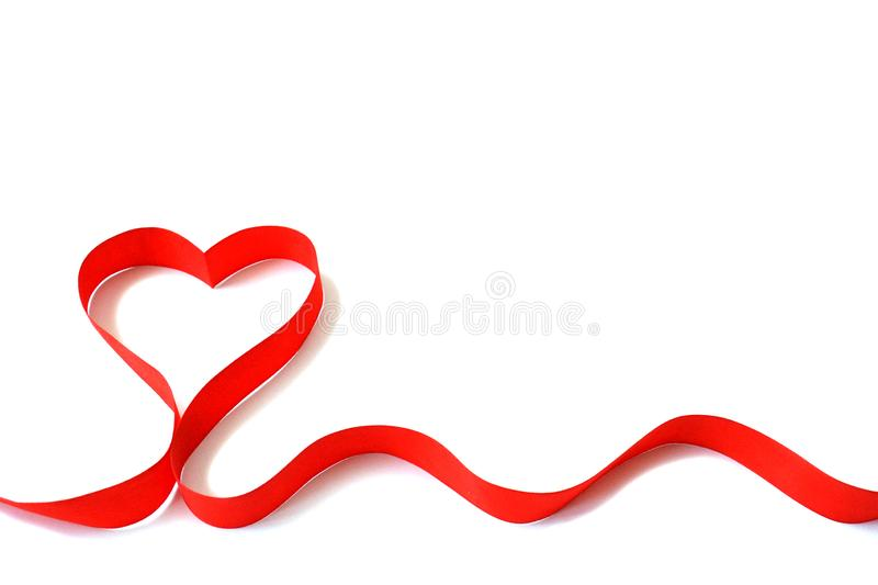 Ruban rouge d'isolement de satin sous forme de coeur sur un fond blanc avec l'espace libre Le concept de l'amour et du Valentine  photos libres de droits