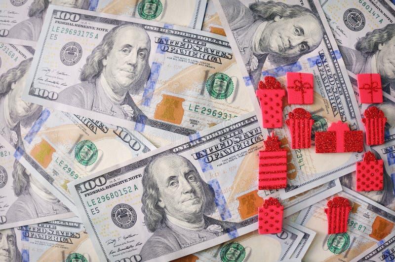 Ruban rouge de cadeau avec l'arc au-dessus des dollars américains photo libre de droits