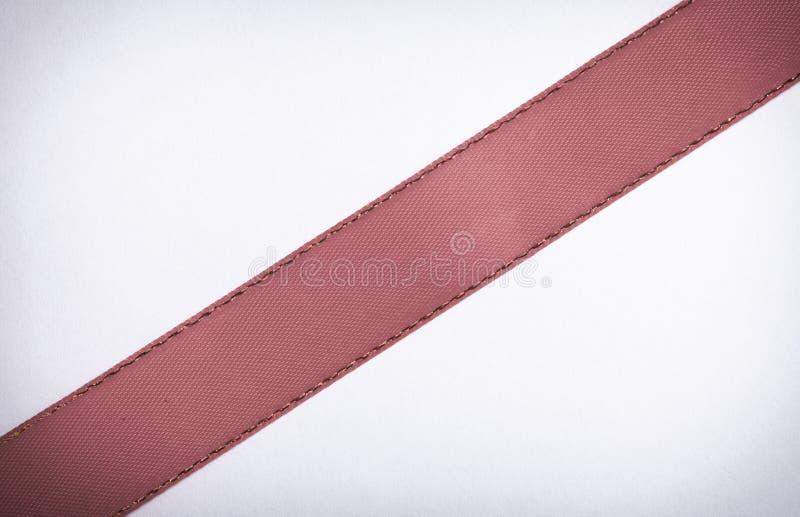 Ruban rouge sur l'espace blanc de copie de fond images libres de droits