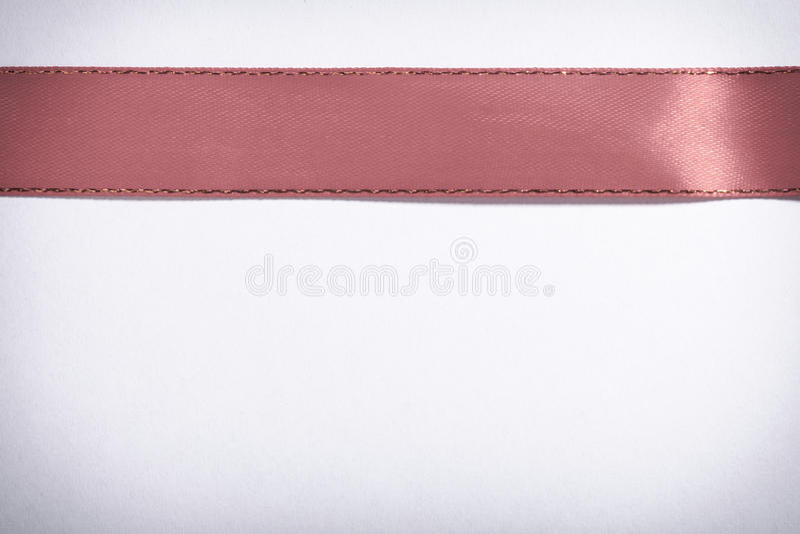 Ruban rouge sur l'espace blanc de copie de fond images stock