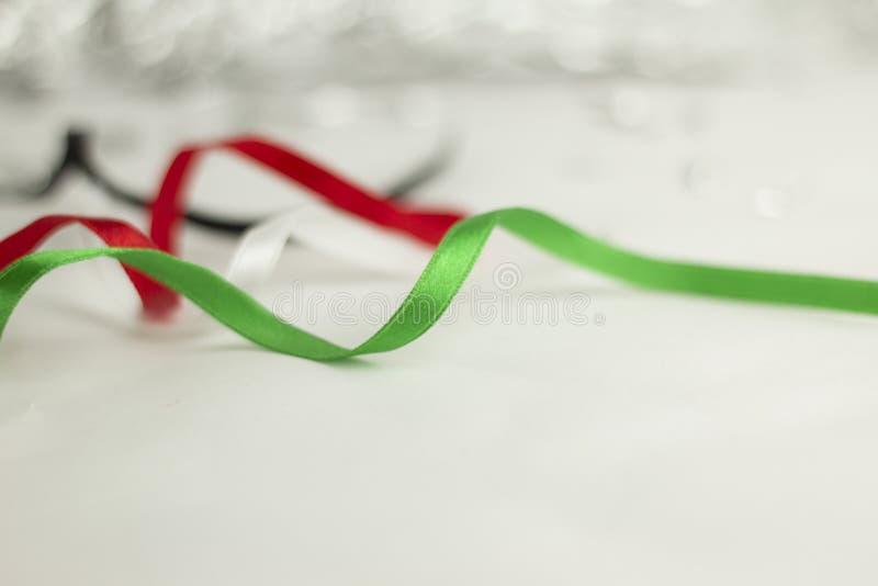 Rubans blancs noirs verts rouges de jour national des Emirats Arabes Unis photos stock