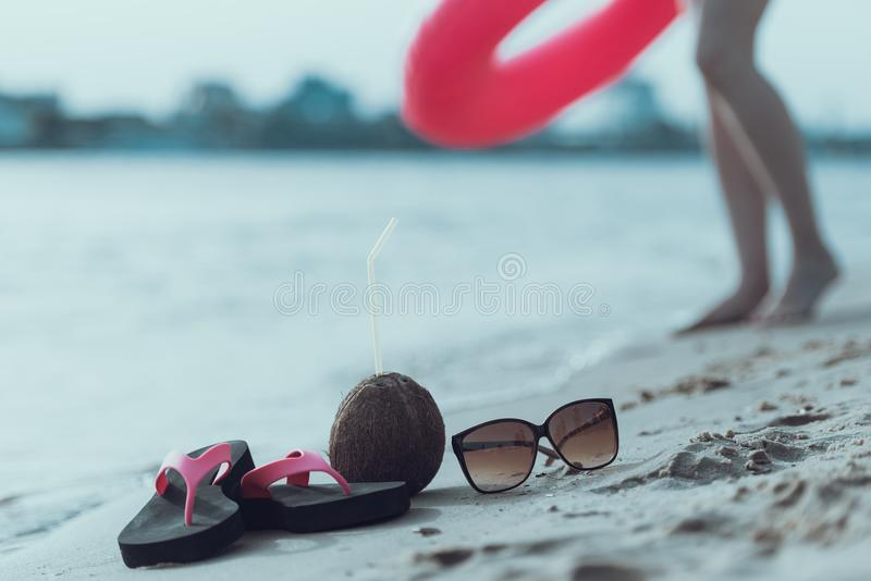 Rubber den flipmisslyckanden, kokosnöten och solglasögon ligger på sand för sommarterritorium för katya krasnodar semester royaltyfri bild