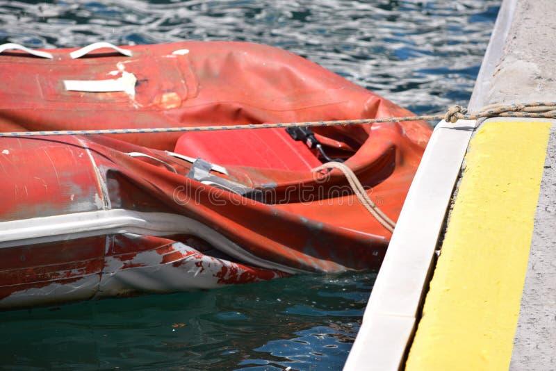 Rubber fartyg för defekt som förtöjas på pir royaltyfria bilder