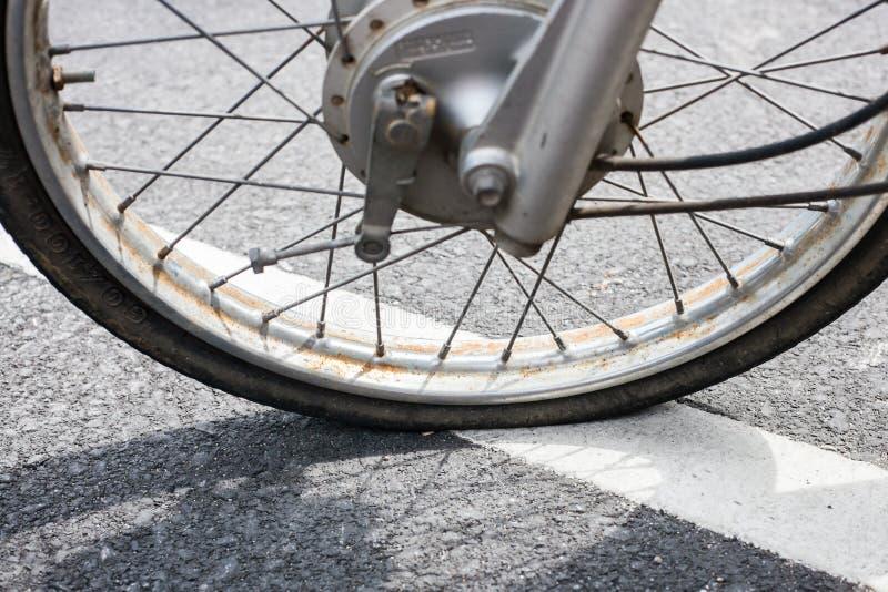 rubber gummihjul för gammal motorcykel royaltyfri foto