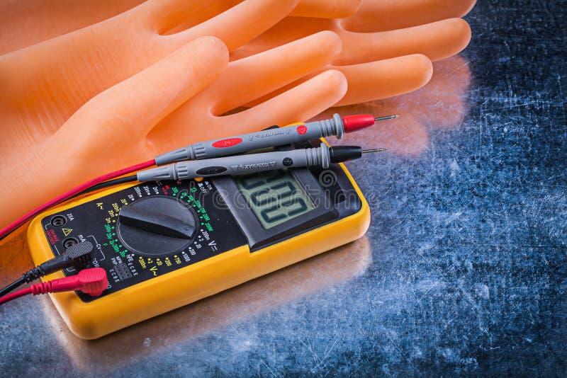 Rubber handskar Digital för elektriska testerelektriker på metalliskt arkivfoton
