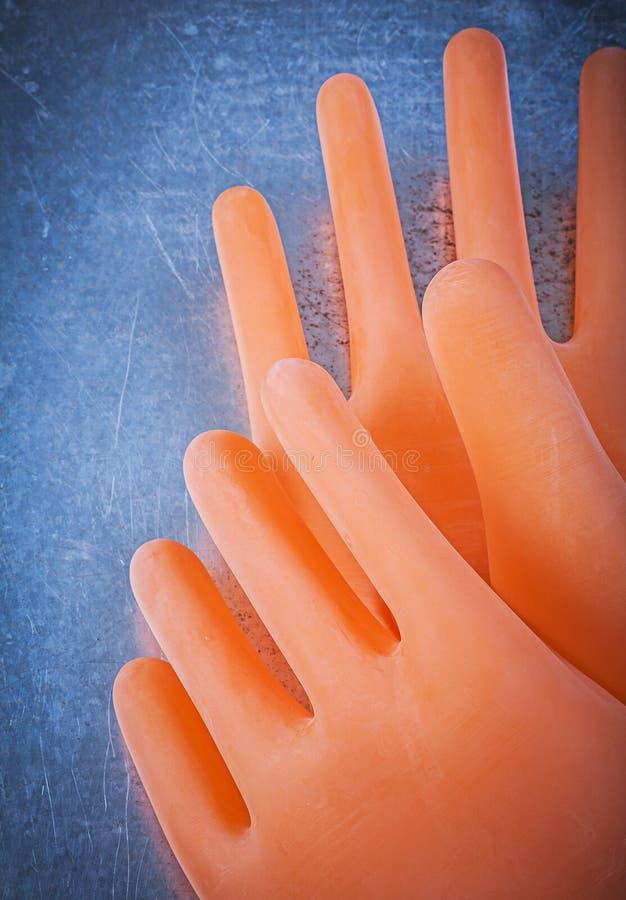 Rubber handskar för elektriker på metallisk bakgrund royaltyfri fotografi