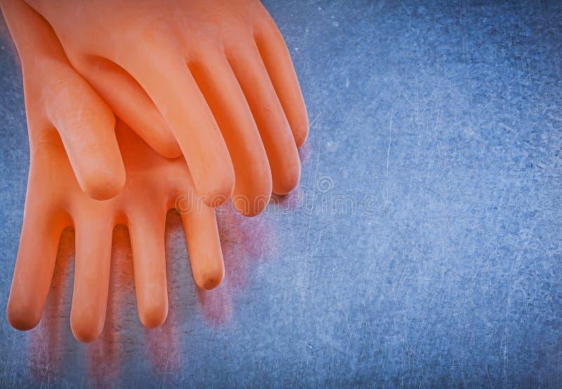 Rubber handskar för elektriker på metallisk bakgrundselektricitet Co arkivbild