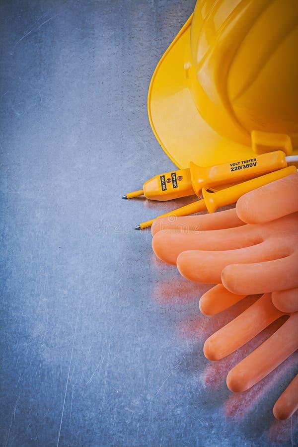 Rubber handskar för elektriker som bygger den elektriska testeren för hjälm på sc royaltyfri bild