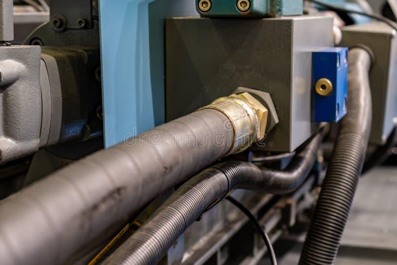 Rubber hydraulische die slangen, met industrieel materiaal worden verbonden royalty-vrije stock afbeeldingen