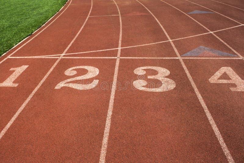 Rubber normal av det rinnande spåret för friidrottstadion arkivbild