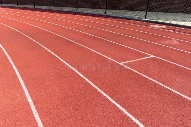 Rubber normal av det rinnande spåret för friidrottstadion royaltyfria bilder