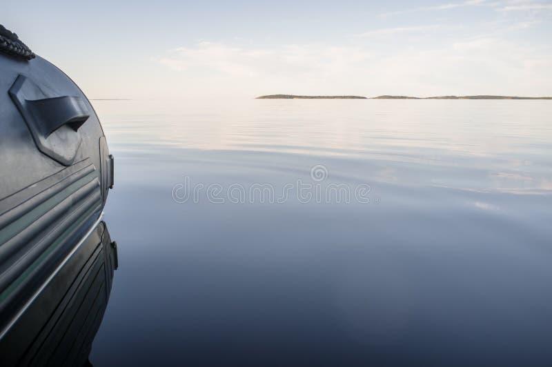 Rubber opblaasbare boot in kalme overzees royalty-vrije stock fotografie