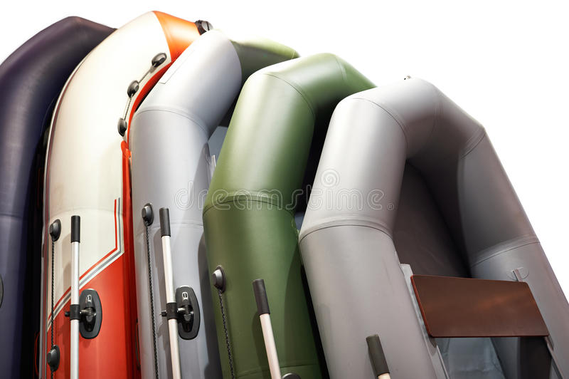 Rubber opblaasbare boten voor geïsoleerde visserij stock foto's
