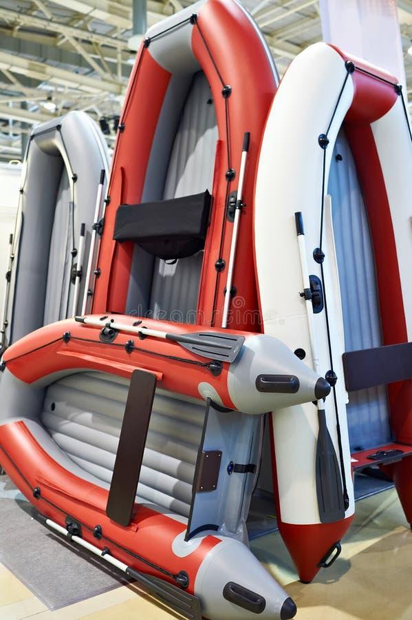 Rubber opblaasbare boten voor visserij in sportopslag royalty-vrije stock afbeeldingen