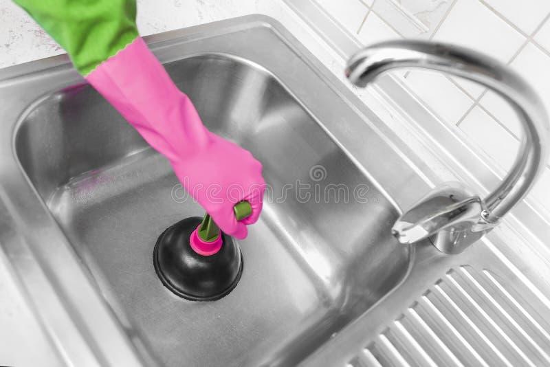 Rubber pump för att göra ren vasken arkivfoto