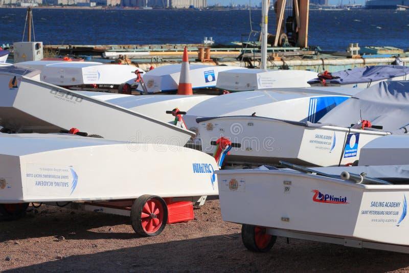 Rubberboten op de kust stock foto's