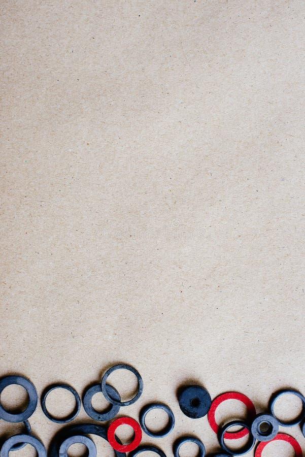 Rubberpakkingen op de achtergrond van ambachtdocument, ruimte voor tekst en reclame stock afbeeldingen