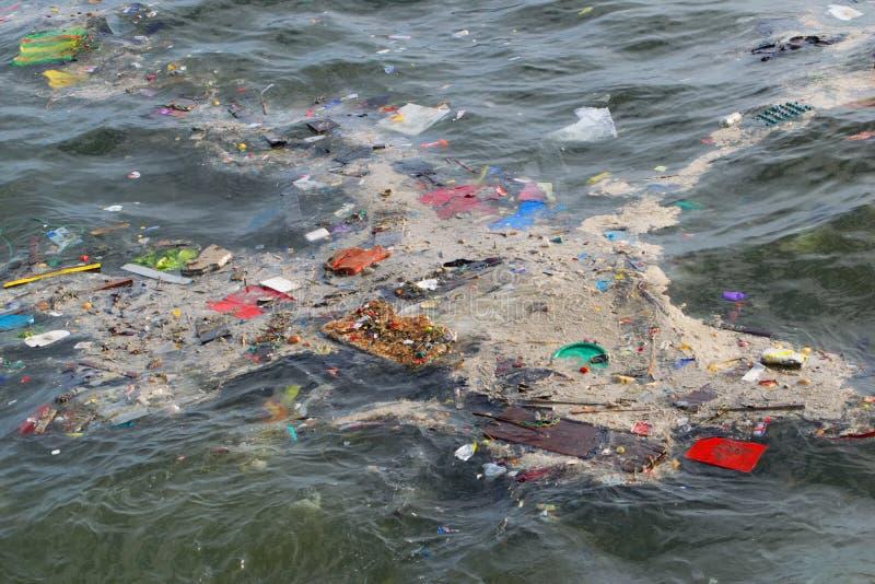 Rubbish a flutuação no mar fora da costa de Chimbote no Peru norte foto de stock