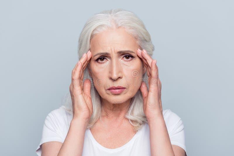 Rubbning ledsen, nätt, trevlig attraktiv kvinna som har den head knipet, str arkivfoto