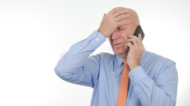Rubbningaffärsman Talk Business till mobiltelefonen och att göra nervösa handgester royaltyfri foto