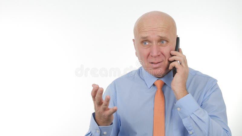 Rubbningaffärsmannen Talking Business till mobiltelefonen gör nervösa handgester royaltyfri bild